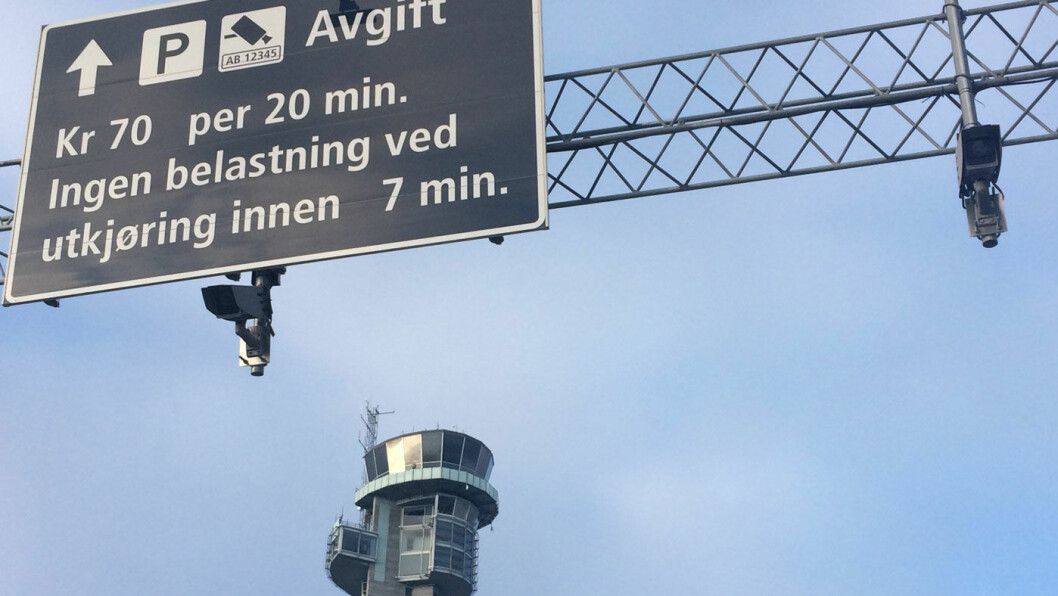 STOREBROR: Det er ikke bare folkene i tårnet her ved Oslo lufthavn Gardermoen som kan se deg. Det gjør også kameraene som henger under informasjonsskiltet når du ankommer. Foto: Geir Røed