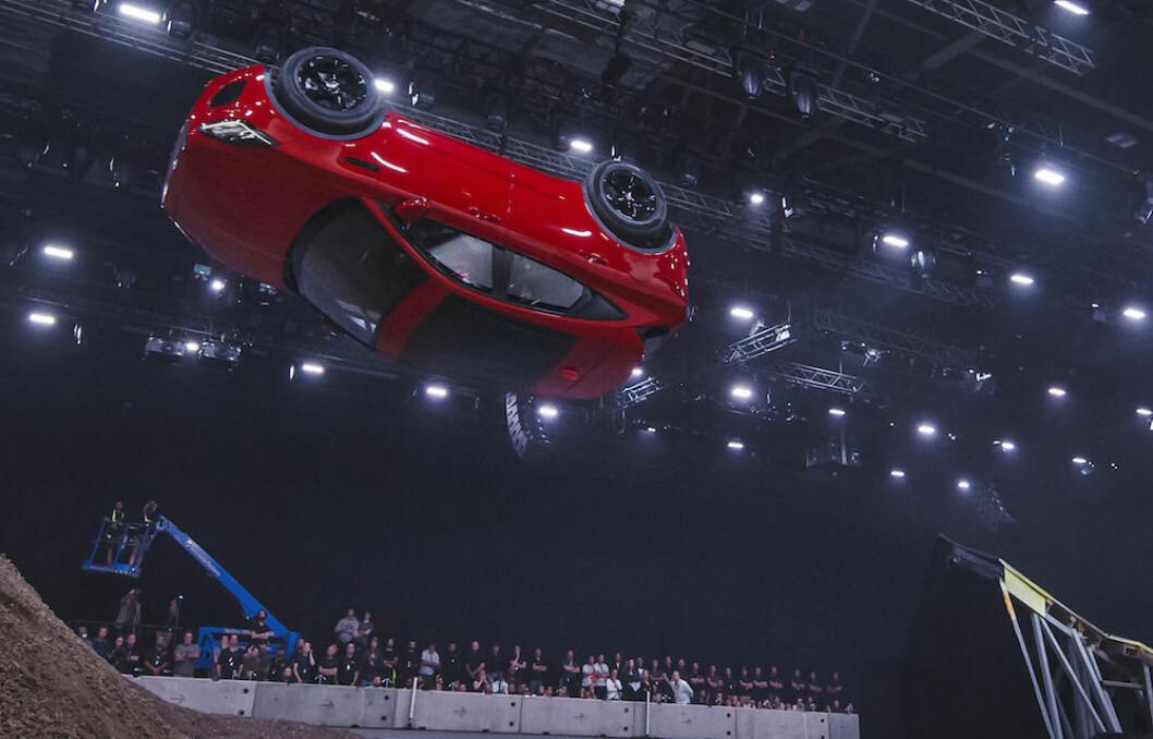 PÅ HODET: Da Jaguar lanserte sin nye, kompakte SUV E-Pace, skjedde det med en spektakulær 360 graders roll. Målet var trolig å demonstrere at bilen er robust. Foto: Jaguar