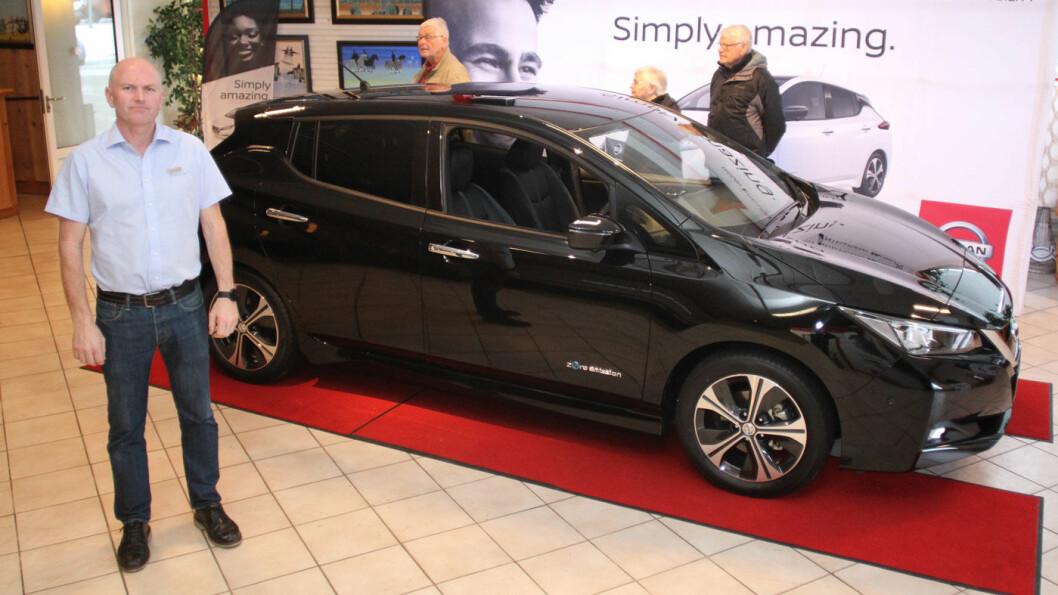 ALDRI OPPLEVD MAKEN: – Nye Nissan Leaf får  lengre rekkevidde og en design som er mer lik en tradisjonell bil. Vi har aldri opplevd maken til interesse for en ny bil, sier John Olav Øverby hos Aasen Bil på Minnesund. Foto: Rune Korsvoll