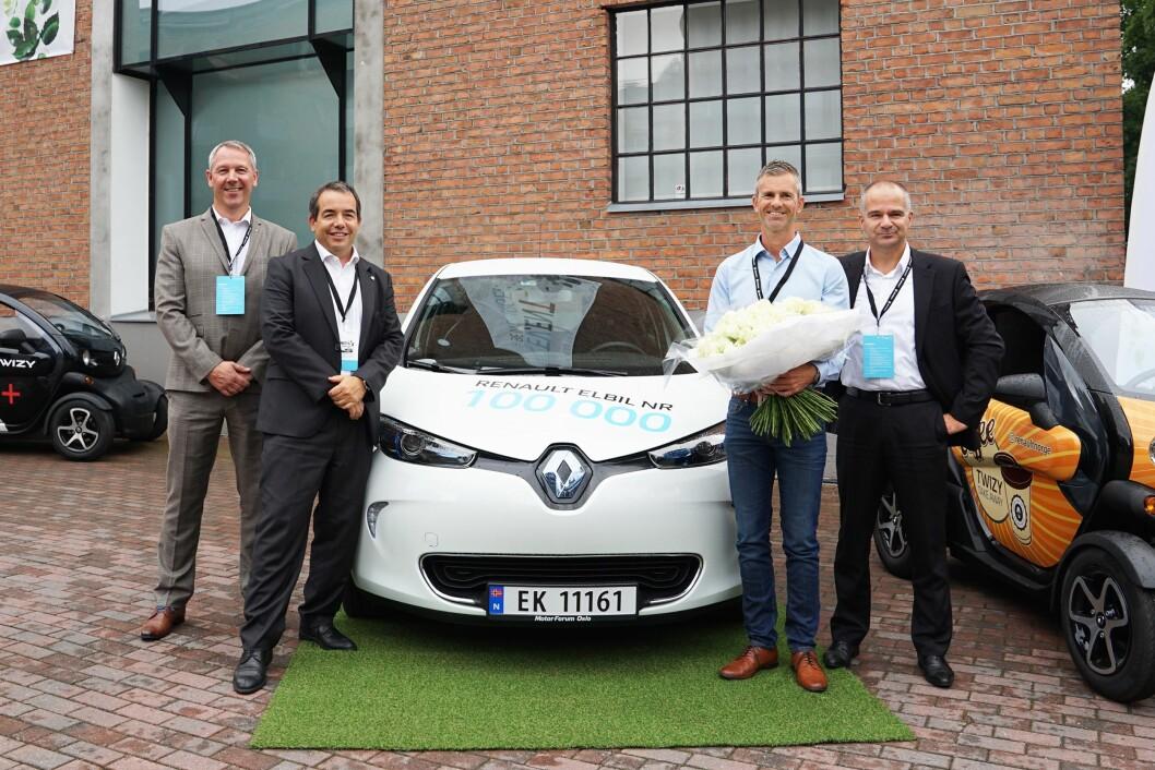 ZOE PÅ TOPP: Renault Zoe er betselgeren blant elektriske biler i Tyskland, men bil nr. 100.000 gikk til norske Åsmund Gillebo (nr. to fra høyre) i august i fjor. Han fikk bilen overlevert av representanter for Renault i Norge og Frankrike. Foto: Renault