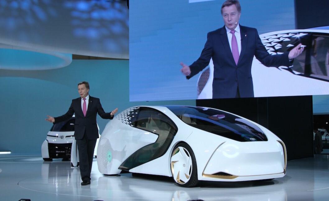 FULL ELBIL-SATSING: Med en helt ny plattform og nytt, effektivt batteri, kaster Toyota seg inn i racet om elbil-kundene. Med Concept-i viser sjefen for forskning og utvikling i Europa og USA, Didier Leroy, hva vi kan vente oss litt inn på 20-tallet. Foto: Rune Korsvoll