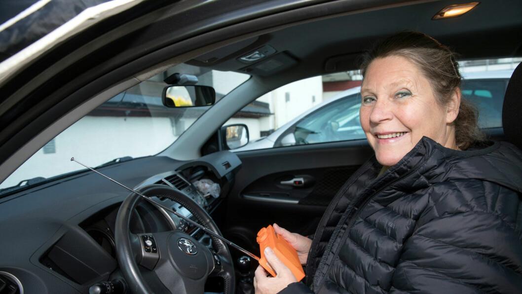 PÅ BUTIKKEN: Bilen brukes overalt, som til butikken. Kollektivtilbudene i distriktet er langt unna å dekke Lise Stensbys behov for transport i hverdagen. Foto: Tom Hansen