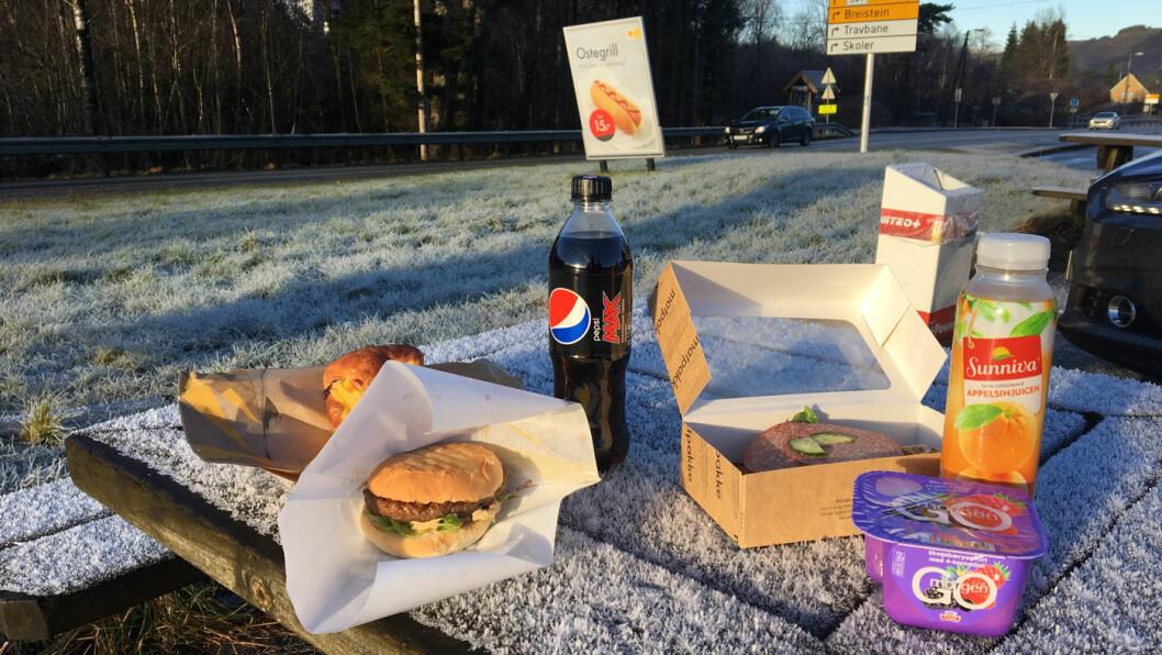 MIDDAG FOR EN HUNDRINGS: Burger og brus eller matpakke og juice? Bensinstasjonene sier de satser på sunnere mat, men pølser og burgere er fortsatt driverne. Foto: Pia Strømstad