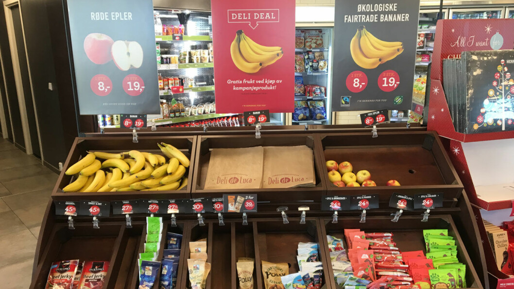 BILLIG FRUKT: På Esso er frukten gratis hvis du kjøper et kampanjeprodukt, men det er det ingen i disken som forteller oss. Foto: Pia Strømstad