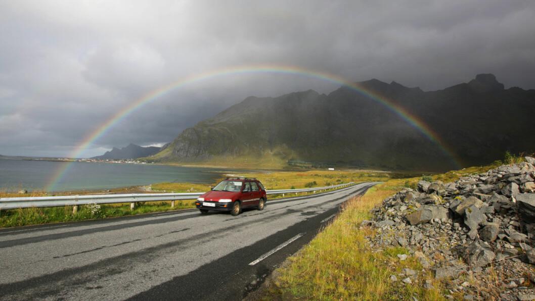 BIL PÅ LANDET: –I all overskuelig fremtid vil bilen være kjernetransporten i distriktene, mener NAF-sjef Stig Skjøstad. Her smyger en av dem under regnbuen på E10 i Lofoten.