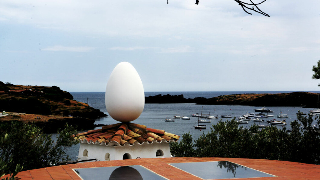 DALIS LEKEGRIND: Salvador Dalí og kona Galas hus i Port Lligat er i dag et museum og helt klart preget av kunstnerens lekenhet.