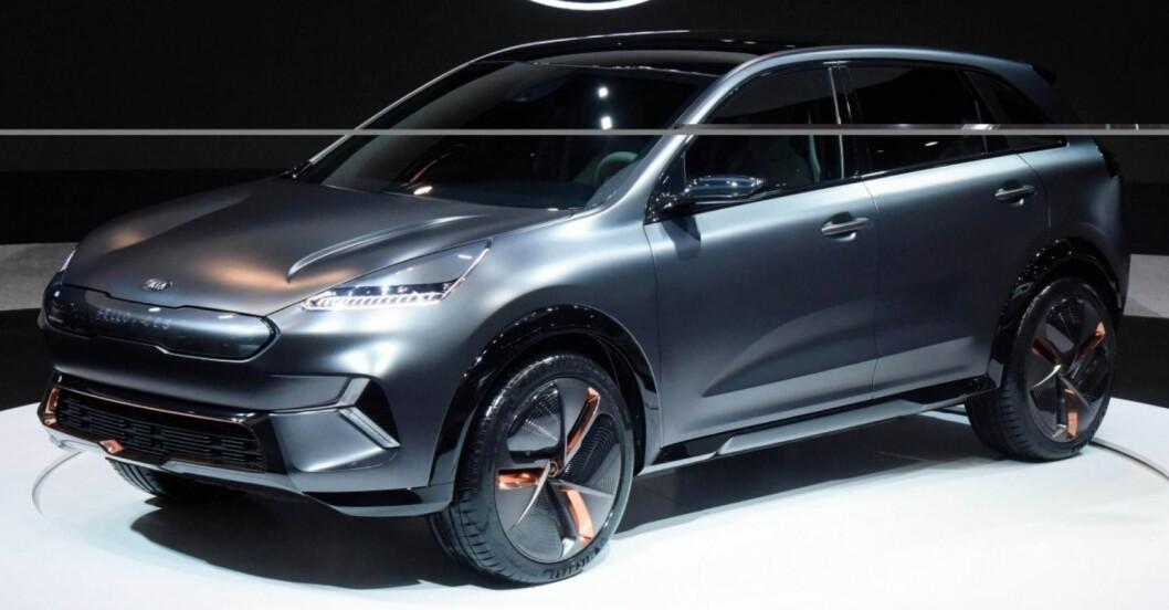 TO GODE TING: Kia Niro EV blir en kompakt SUV med elektrisk drivverk. Norske bilkjøpere elsker begge deler, så suksessen bør være sikret. Foto: Kia