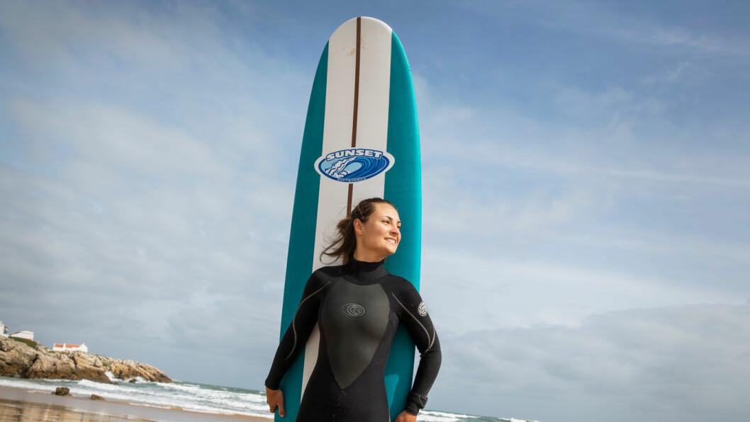 UT I BØLGENE: Marlene har tatt seg et sabbatsår og jobber heltid som surfelærer ved Surfers Lodge Peniche på vestkysten. Foto: Mette Randem
