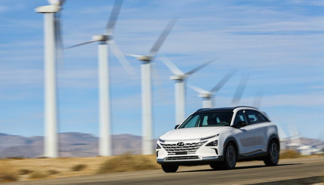 <b>SATSER FORNYBART + HYDROGEN:</b> Med grønt hydrogen tror fortsatt en stor del av bilindustrien på at brenselceller er en del av den fremtidige nullutslippsløsningen. Her ser vi den mest fullendte hydrogenbilen til dato, Hyundai Nexo.