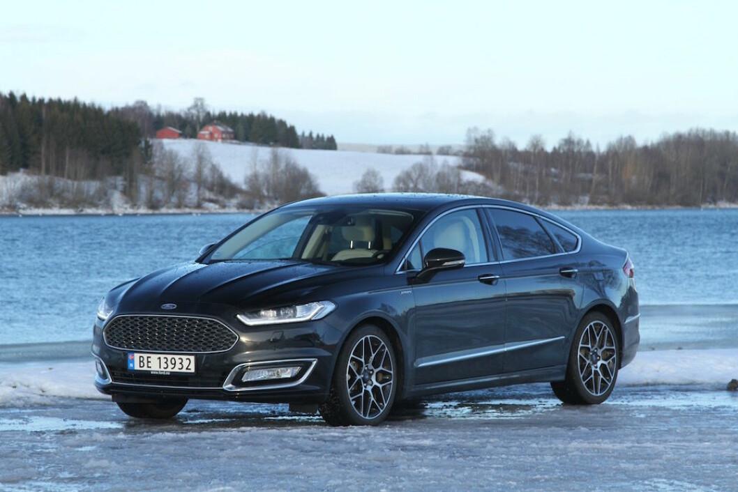 ELEGANT: Ford Mondeo Vignale Hybrid er svært elegant og byr på mye komfort på landeveien. Foto: Rune Korsvoll