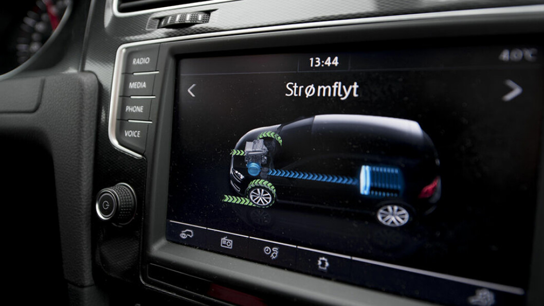 En ladbar hybridbil har både bensin-/dieselmotor og en elektrisk motor. Når el-batteriet er tomt, slår bilen over til å bruke bensin eller diesel. Foto: Jon Terje Hellgren Hansen