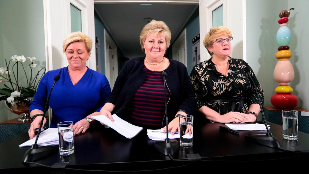ENIGE NOK: Finansminister Siv Jensen (t.v.), statsminister Erna Solberg og Venstre-leder Trine Skei Grande er enige om å holde elbilavgiftene på dagens nivå ut 2021. Foto: Lise Åserud, NTB / scanpix