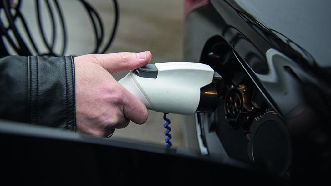 Fordelen ved en ladbar hybrid, er at bilen slår over til å bruke bensin eller diesel når el-batteriet er tomt.