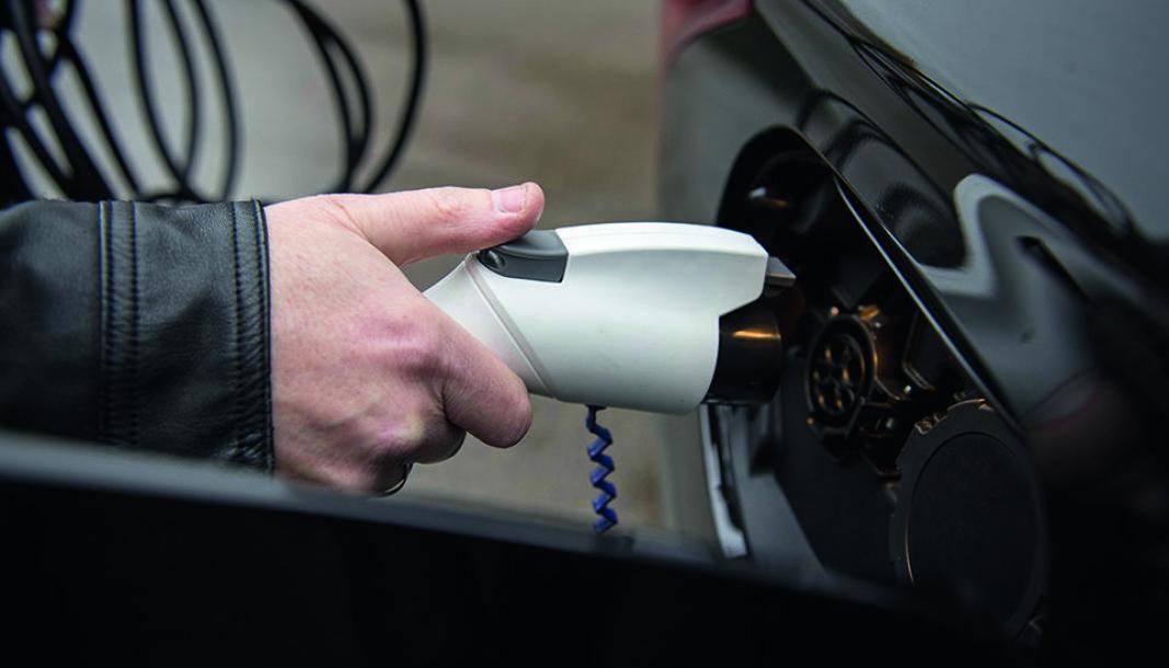 <b>SKJER IKKE OFTE NOK:</b> I det virkelige liv er det ikke mange nok som konsekvent lader hybridbilen sin.