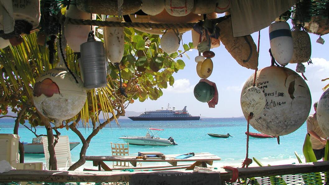 Yachten er så liten at den kommer til der de store cruiseskipene ikke kan gå. Når man går til land på en hvit sandstrand, ligger båten og venter utenfor.