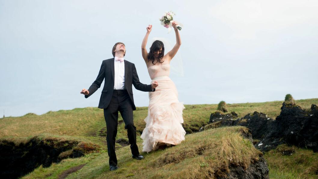 SI JA: Jen Stickland og Jacob Buchholz reiste fra USA til Sagaøya for å gifte seg akkurat her.