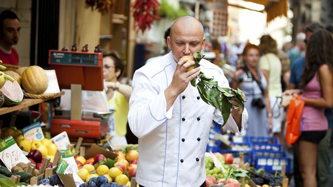 Om bord får du servert gourmetmat. Er du interessert, kan du bli med kokken i land på det lokale matmarkedet.