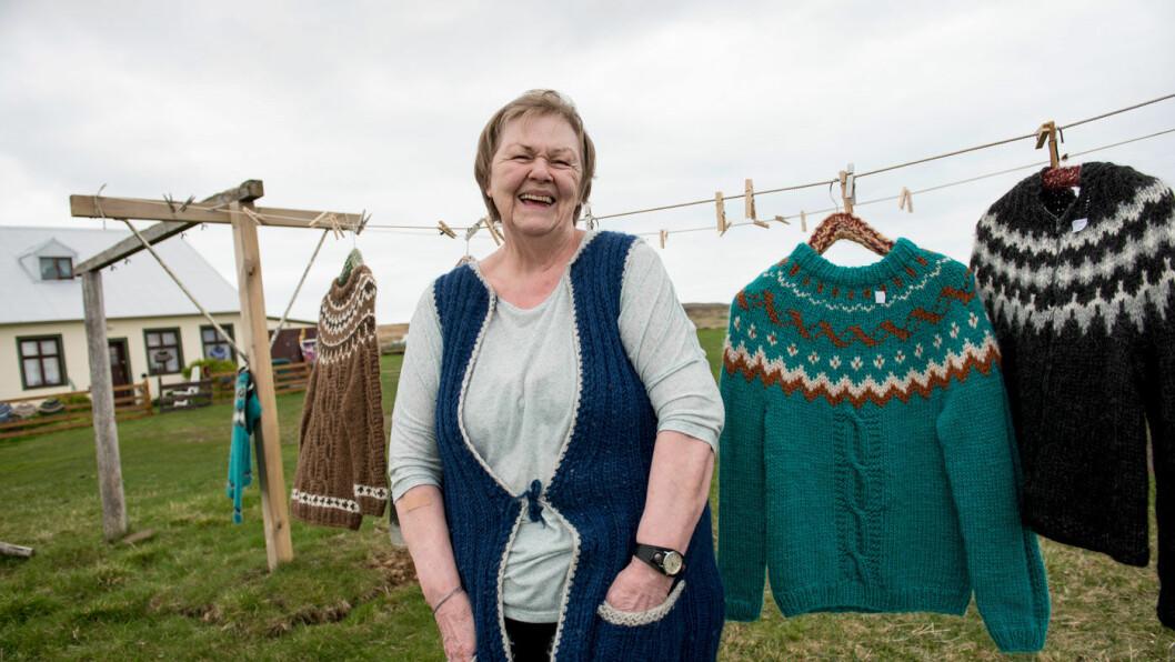 EKTE VARE: Kristin Thora Valdemarsdottir (82) strikker noen hundre islandsgensere for salg.