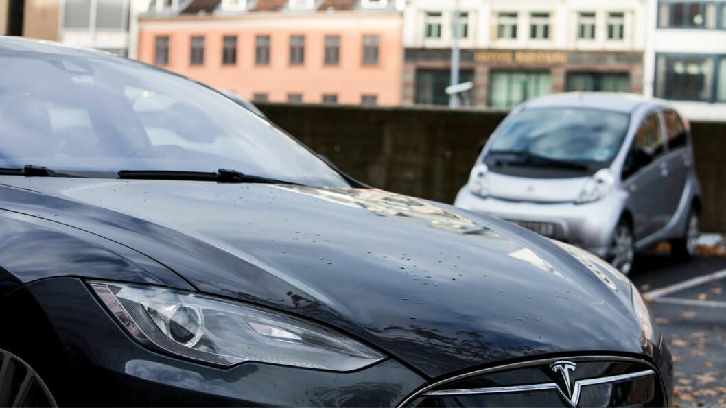 MÅ BETALE: Elbil-kjøperne må enda en stund betale inn omregistreringsavgiften de egentlig skal slippe. Foto: Erik Johansen / NTB scanpix