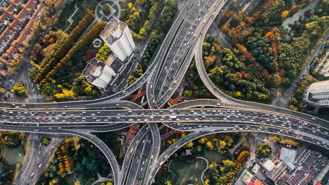 TRANGT OM PLASSEN: 777 000 av de nye kjøretøyene i Shanghai (bildet) og de øvrige kinesiske byene i 2017 var elektrifiserte. Foto: Denys Nevozhai/Unsplash