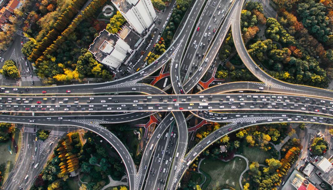 EN EVIG STRØM: Fugleperspektiv på trafikk i Shanghai, der elbilandelen er i stadig vekst.