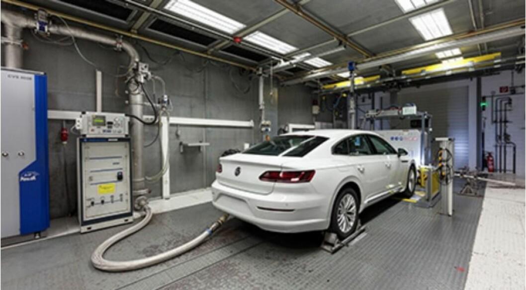 VANLIG TEST: Test av avgasser skjer normalt på denne måten. En undersøkelse av hvordan aper påvirkes av dieselgasser ble finansiert av VW, BMW og Daimler og utført av et institutt i USA. Foto: VW