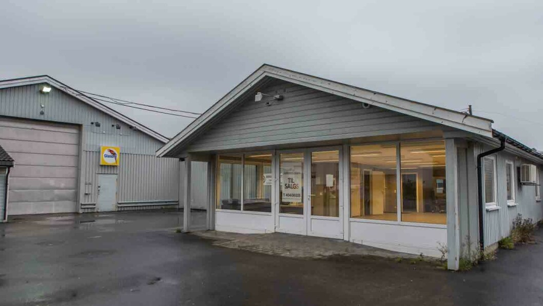 BRUKTBILFORRETNING: Olsen Bil solgte tusenvis av biler fra disse lokalene i Grimstad. Foto: Elisabeth Grosvold