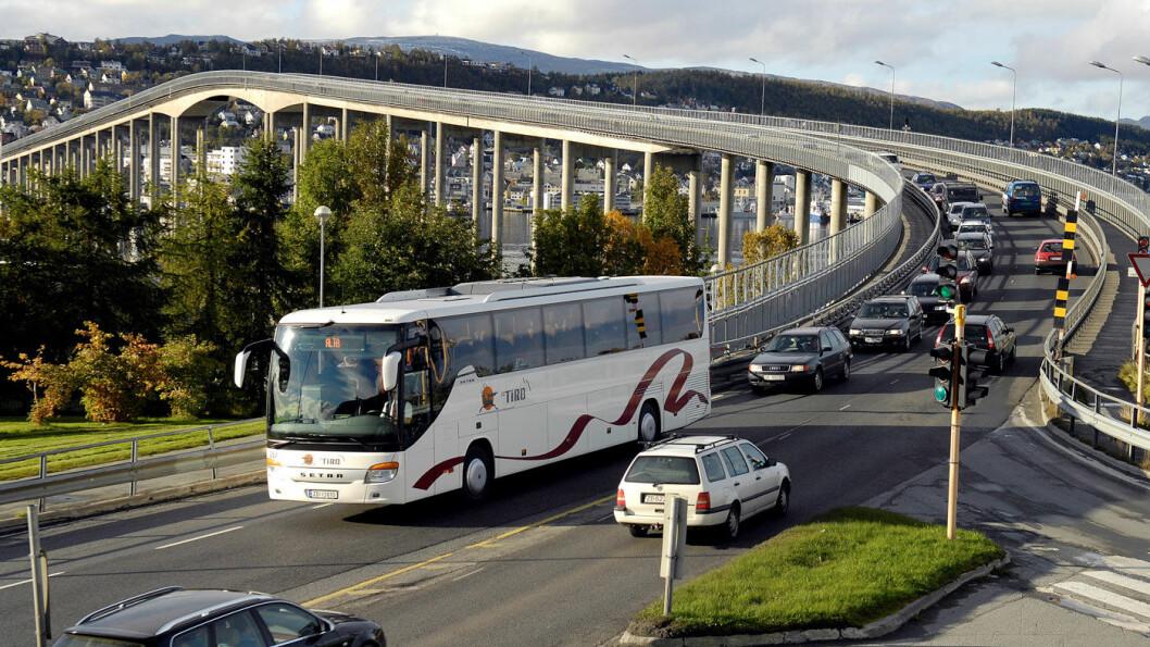 TROMSØBRUA: Skal du handle bruktbil for å kaste deg ut i Tromsø-trafikken, anbefaler NAF-eksperter at du ikke kjøper bilen usett sørfra. Foto: Terje Mortensen, NTB scanpo