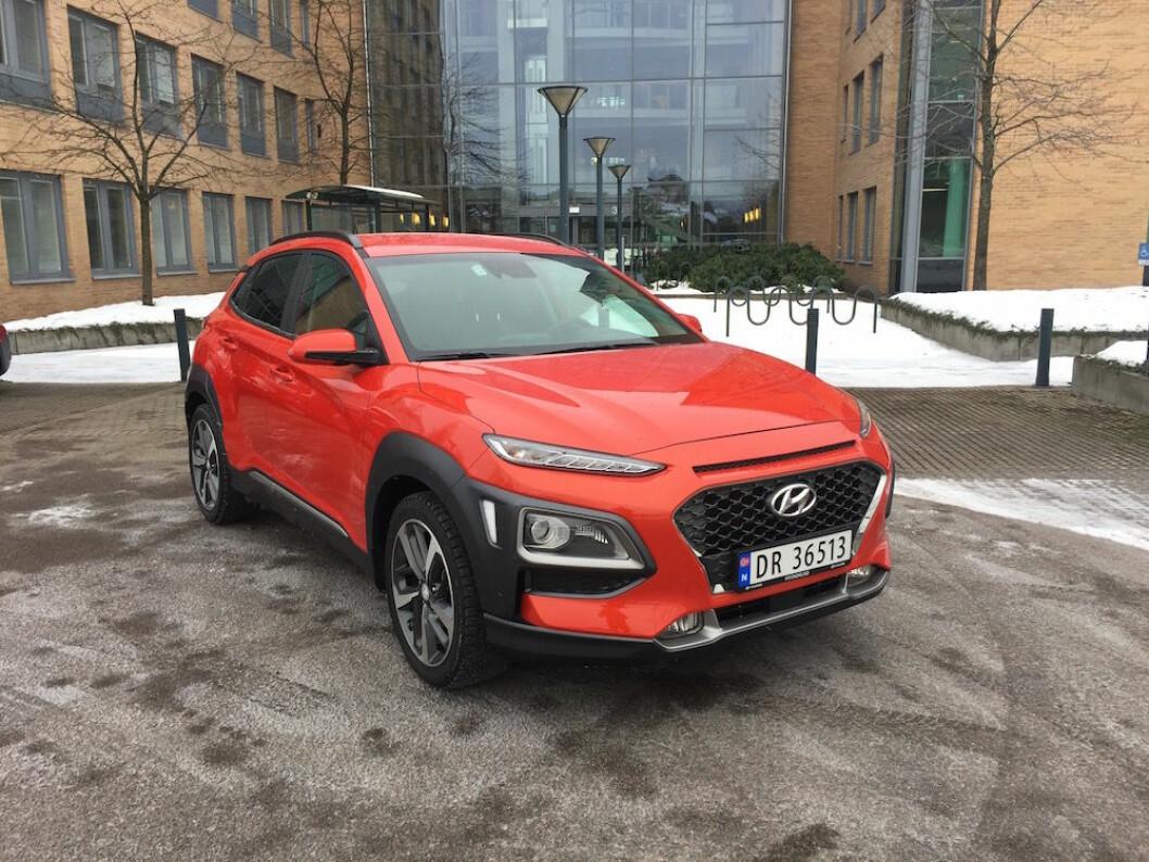 URBAN SUV: Hyundai Kona har et barskt utseende som skiller den fra mengden. I tillegg føles den trygg å kjøre selv på glatte småveier. Foto: Rune Korsvoll