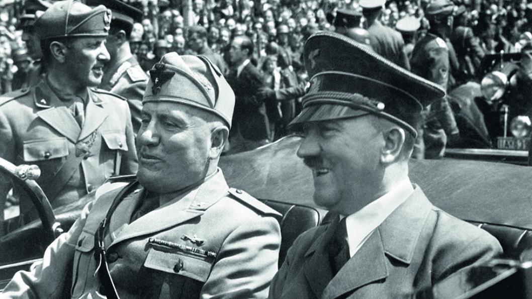 Benito Mussolini (t.v.) beholdt et nært forhold til Adolf Hitler (t.h.) selv om mange advarte om at det kunne føre til krig med Storbritannia.