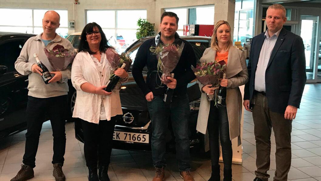 KLAR TIL Å KJØRE: Nissan Norge-sjef Anders Mamen Lund (t.h.) med fire av de første kundene som har kjøpt den nye modellen av elbilfavoritten Nissan Leaf. Foto: Nissan