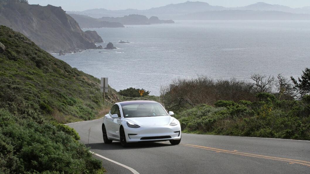 PRØVEKJØRT: Vi har testkjørt Model 3 i dens hjemstat California. Her på svingete veier utenfor San Francisco, og dette er en bil som trives med effektiv kjøring på svingete veier! Foto: Harald Wisløff
