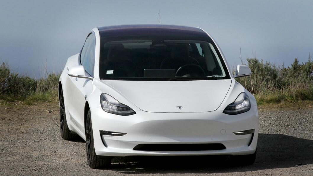 LILLESØSTER: Mindre og kortere enn sine storesøsken. Tesla Model 3 har fortsatt «Tesla-looken», men skiller seg tydelig fra Model S.