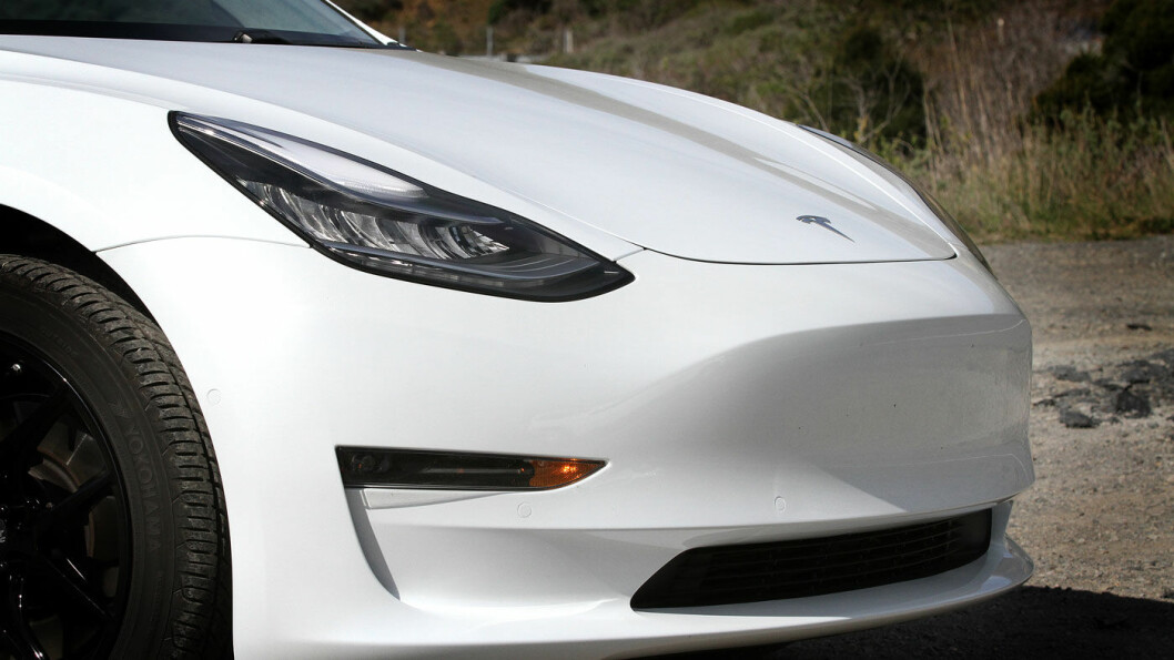 LIGGER LAVT: Fronten på Model 3 er lav, så lav at den nærmest forsvinner for føreren. Sensorer hjelper til slik at man unngår hindringer.