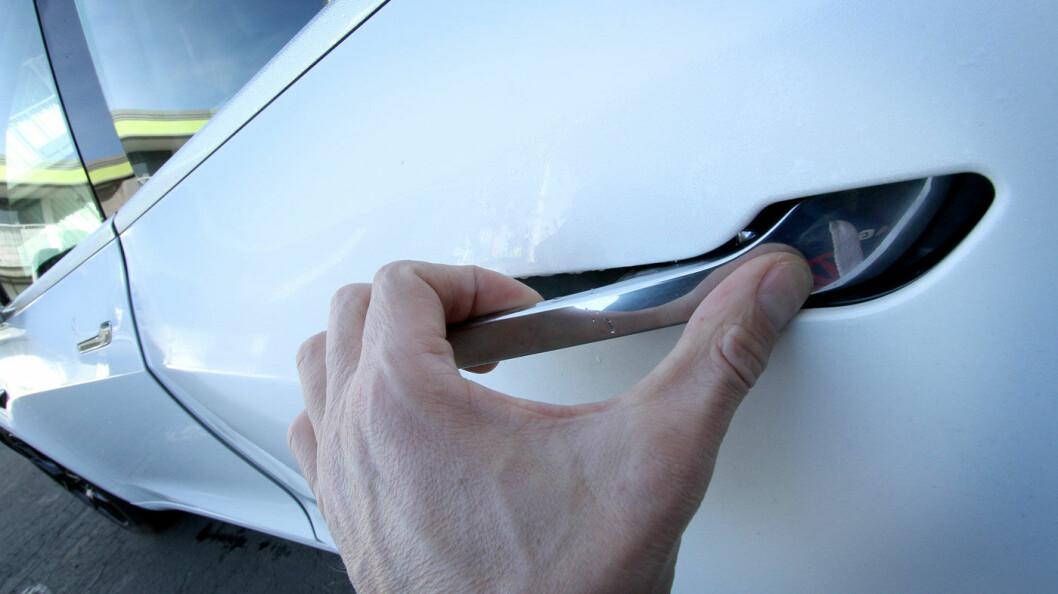NYTT GREP: Uvant, men ganske kult! Dørhåndtaket på Model 3 trykkes først inn med tommelen. Deretter åpner en elektrisk motor dørlåsen, og man trekker døren opp med håndtaket.