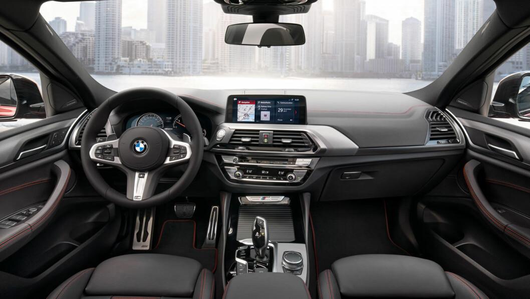 BMW-INTERIØR: Sitteposisjonen er lett hevet, typisk for BMWs X-modeller, og kneputer på siden av midtkonsollen understreker det sporty snittet.