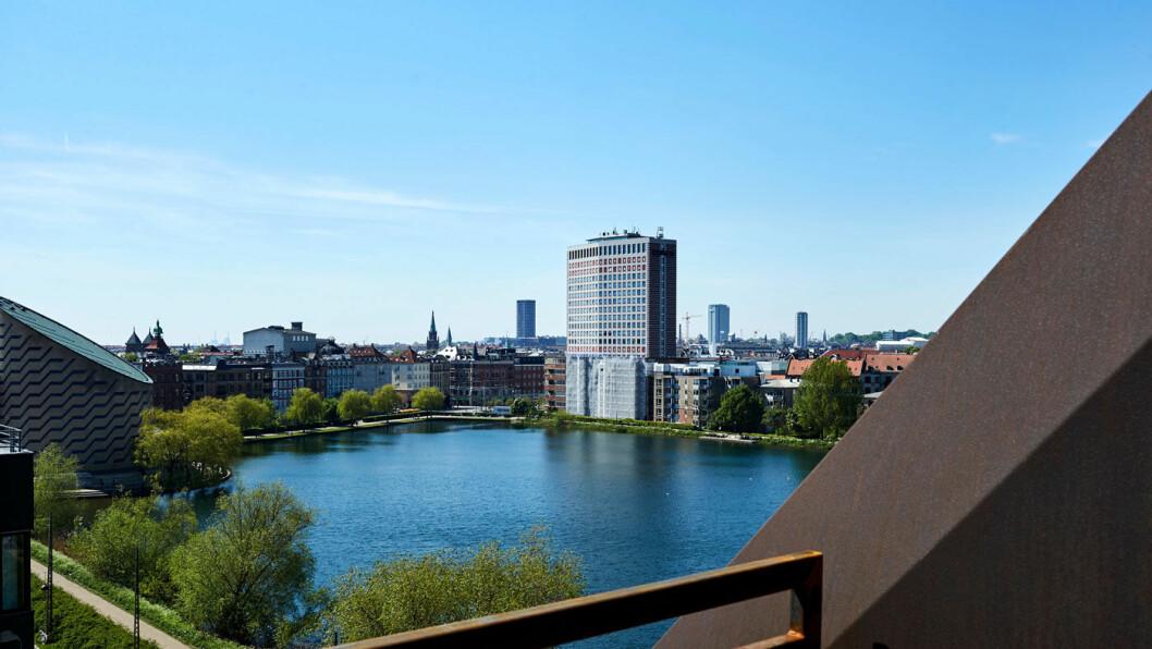 ET ROM MED UTSIKT: Terrasse med en benk og utsikt over Søerne og byens tak gir en følelse av luksus, og rom med terrasse er ikke dyrere enn et vanlig rom. Foto: Steel House