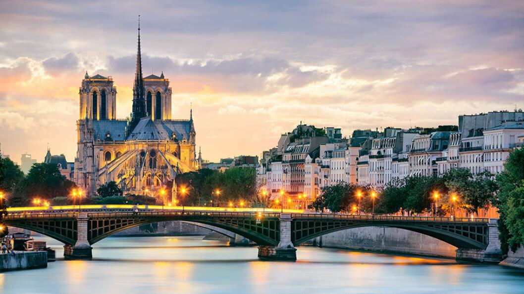 Vi begynner elvecruiset i Paris med Notre Dame og de mange broene over Seinen.