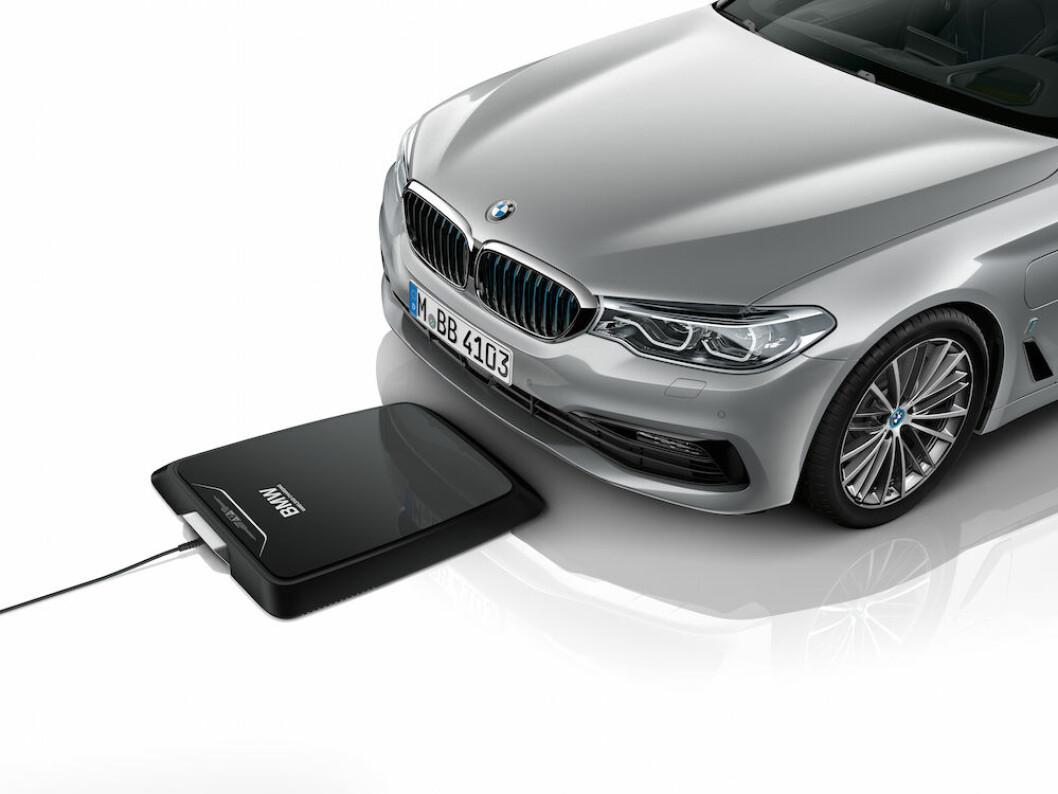 LADER AUTOMATISK: Når BMW senere i år kommer med trådløs lading på 530e, parkerer du enkelt og greit over denne ladeplaten og ladingen starter automatisk. Foto: BMW