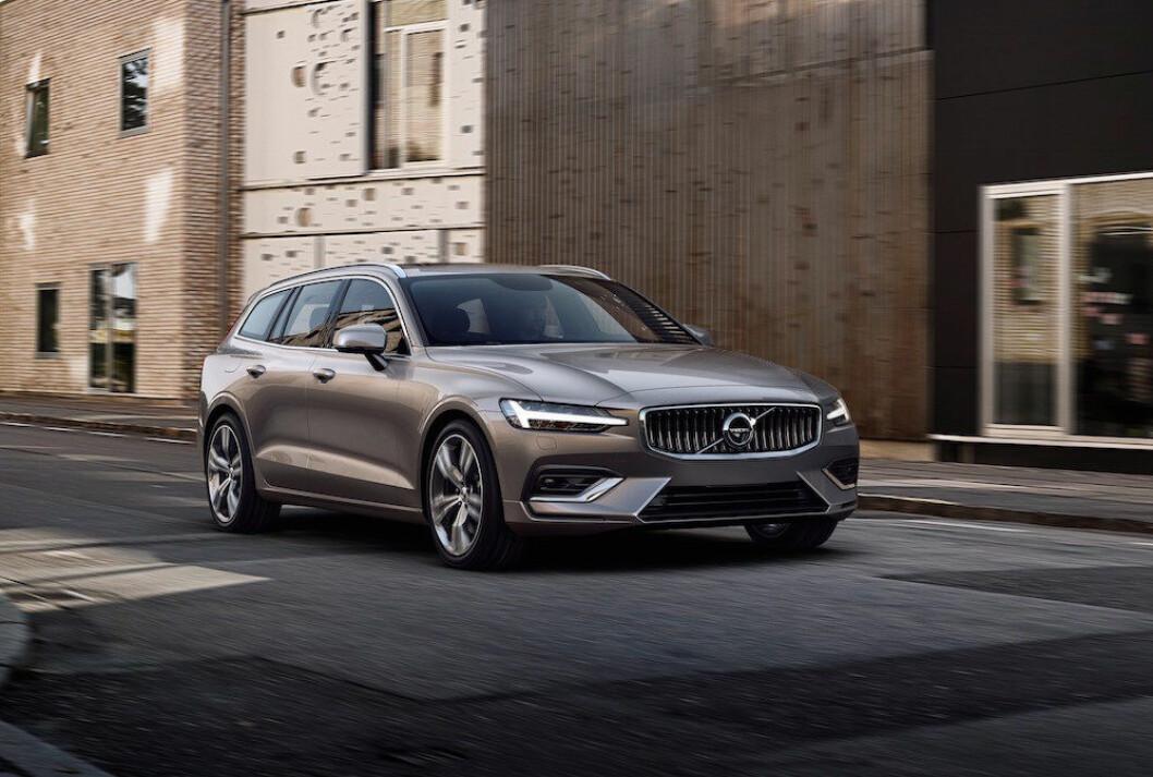 ELEGANT: Til tross for at nye Volvo V60 blir en tradisjonell stasjonsvogn, har den et elegant utseende. To ladbare hybridutgaver blir viktige i det norske markedet. Foto: Volvo