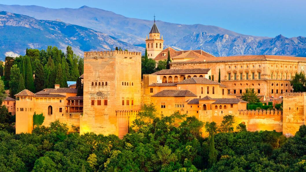 DET RØDE SLOTTET: Slottet Alhambra ble bygget av maurerne fra midten av 1300-tallet og er en Spanias største severdigheter. Foto: Shutterstock