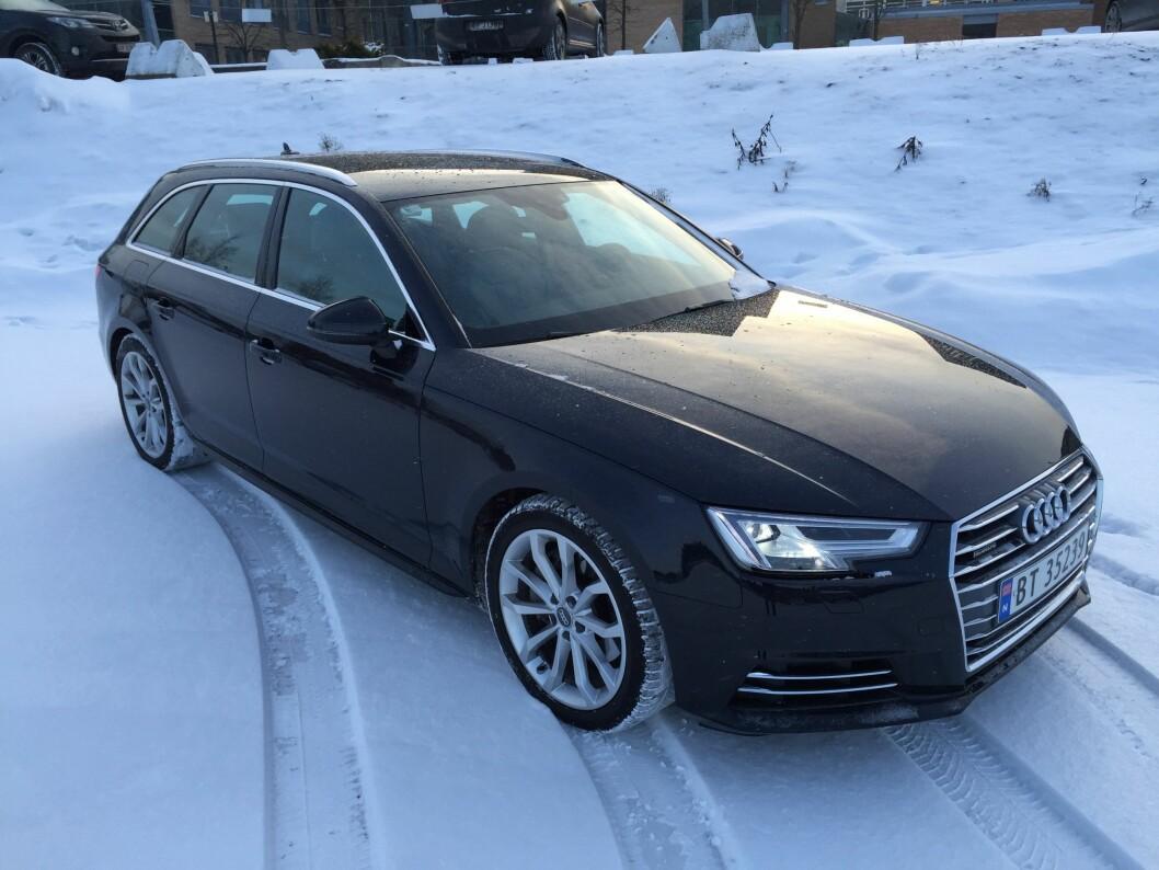STILEN TELLER: Nye Audi A4 har et stilig utseende og gode kjøreegenskaper. Den vinner i tillegg Motors vintertest i år. Foto: Rune Korsvoll
