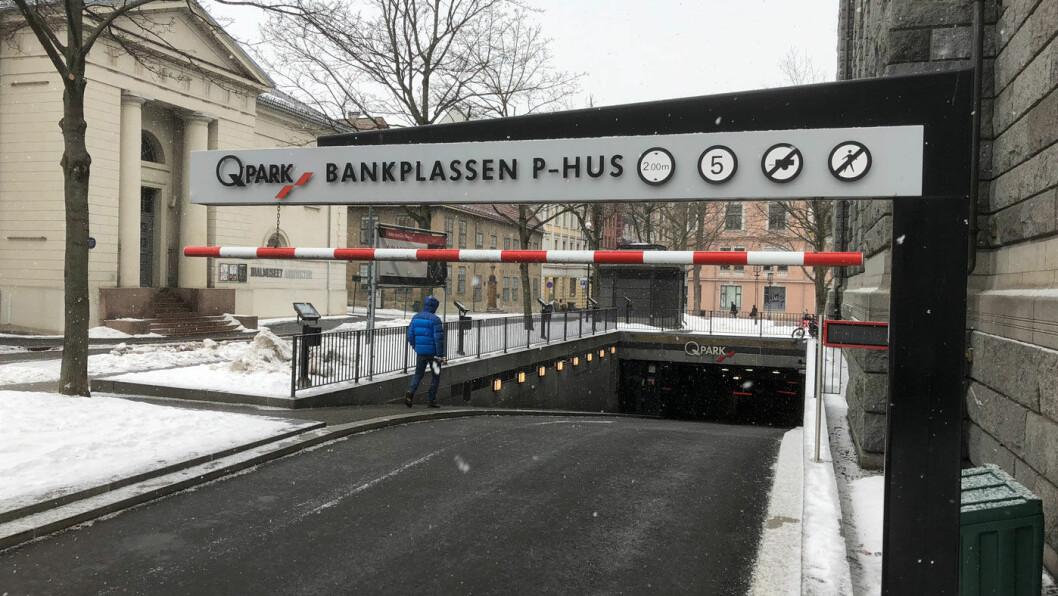 DYRT NÆR BANKEN: P-anlegget på Bankplassen ved Norges Bank i Oslo er et av Norges dyreste steder å sette fra seg bilen. Foto: Geir Røed