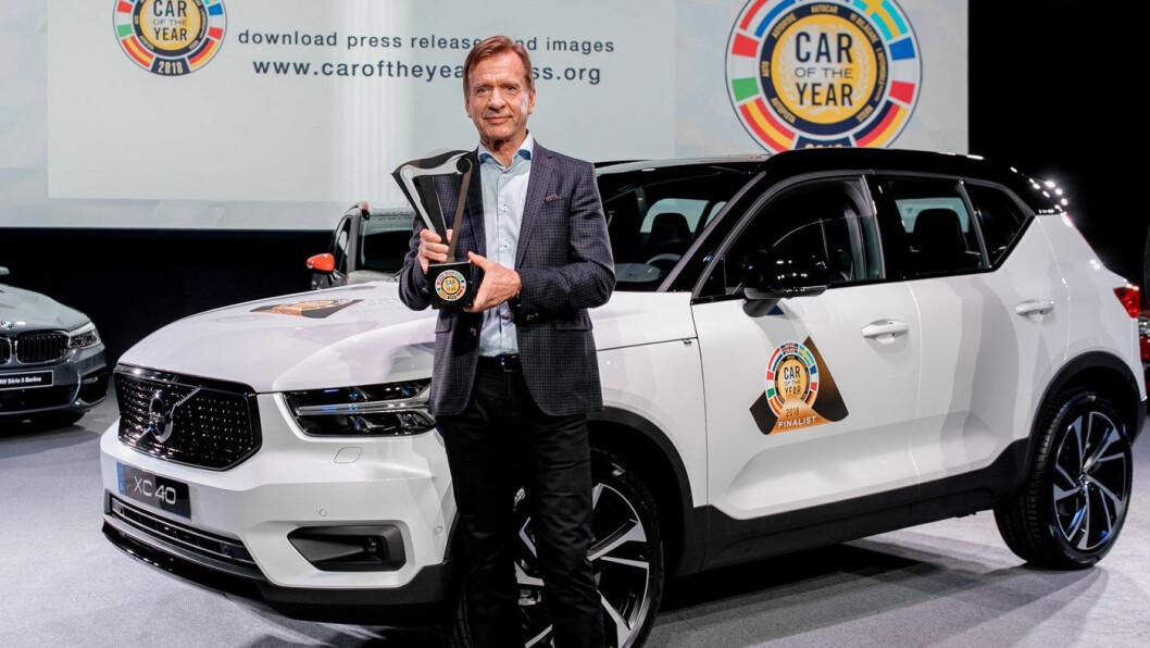 ÅRETS BIL: Volvo-sjef Håkan Samuelsson med det synlige beviset på at Volvo XC40 er årets bil i Europa 2018. Kåringen ble kunngjort mandag foran årets bilutstilling i Genève.