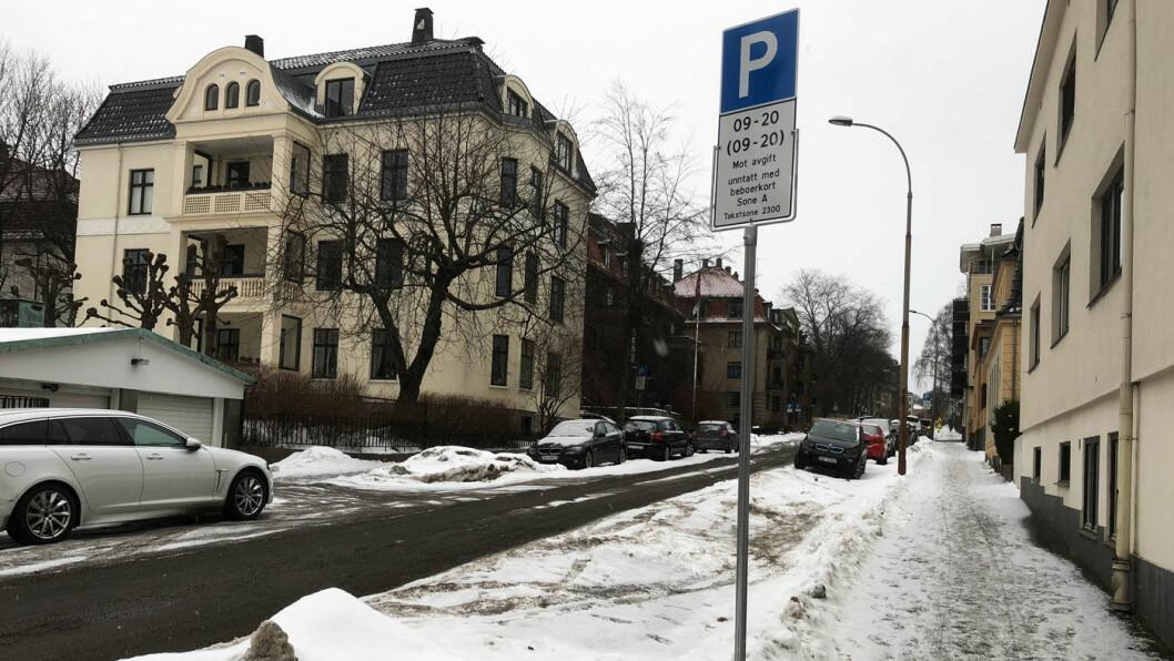IKKE LEDIG: I Gabels gate på Frogner får ikke bilister med beboerparkering parkert fordi kommunen ikke skraper og brøyter. Foto: Geir Røed