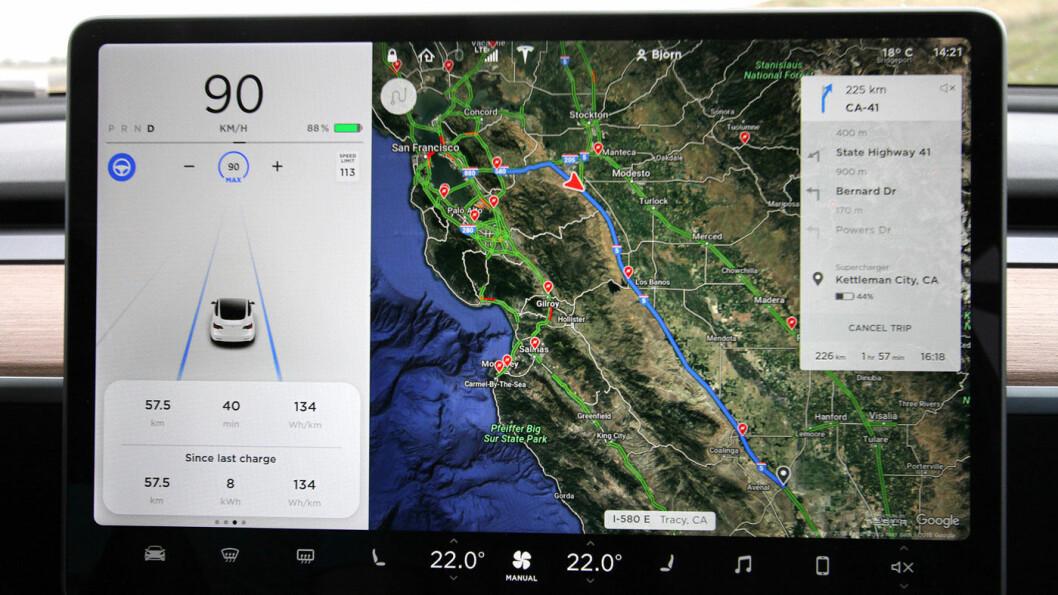 ALT I ETT: På Tesla Model 3, som Motor har kjørt i USA, er all informasjon samlet i én skjerm midt på dashbordet. Til venstre ser man at bilens kameraer oppfatter veimarkeringen (blå linjer), og dermed kan kjøre selv. Hastigheten bestemmes av fører eller av lokal skilting.