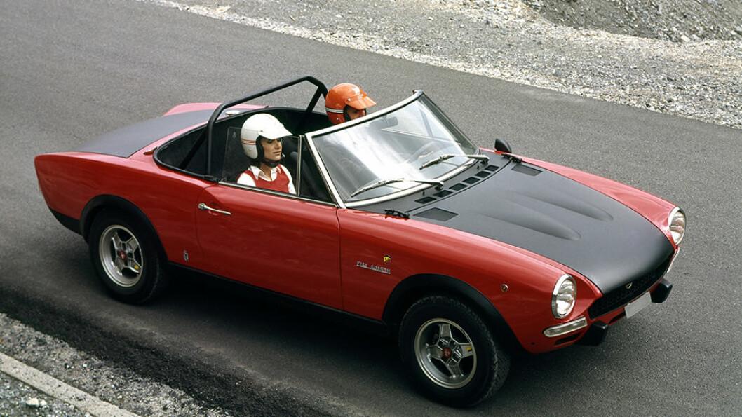 Ingen ting er som kabriolet en fin vårdag, og italienerne vet å gi hverdagsprodukter luft under vingene. Dette er en Fiat 124 Abarth Spider. Foto: Produsenten