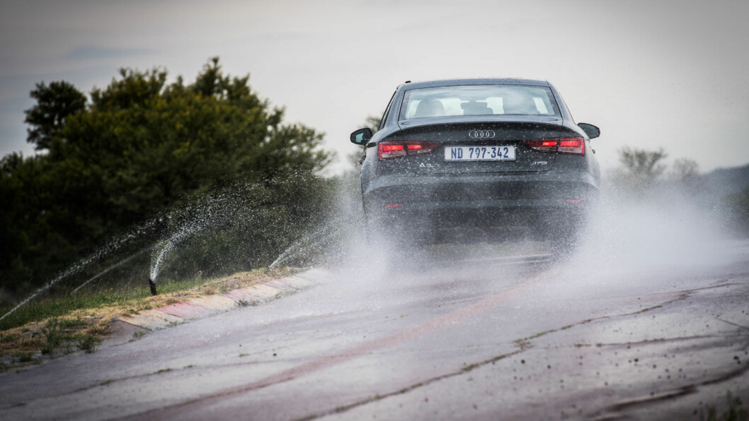 GODT GREP: Nærmere halvparten av dekkene i testen scorer nesten like bra når vi tester for kjøregrep på våt asfalt. Foto: Marko Mäkinen