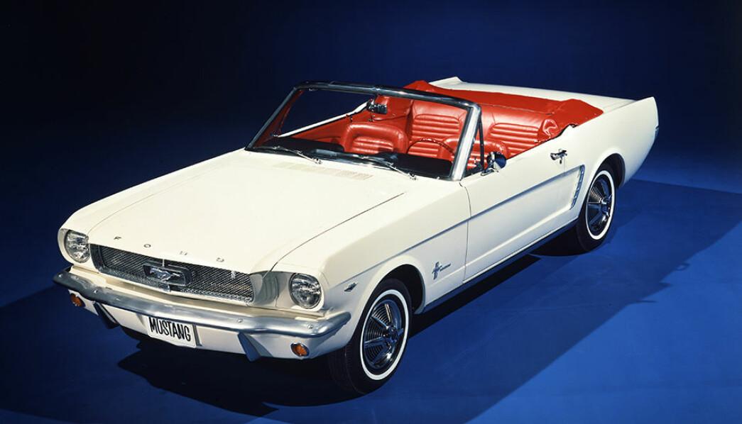 LEGENDEN: Ford Mustang ble introdusert på markedet våren 1964 - i motsetning til høsten, som var vanlig. Derfor ble de første bilene kalt «1964 1/2» Her er en cabriolet fra det første produksjonsåret.