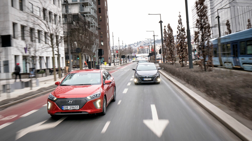 SYMPATISK: Hyundai Ioniq (til venstre) er ikke bare gunstig på pris i sin klasse. Den kommer også med en av markedets beste garantier. Foto: Jon Terje Hellgren Hansen